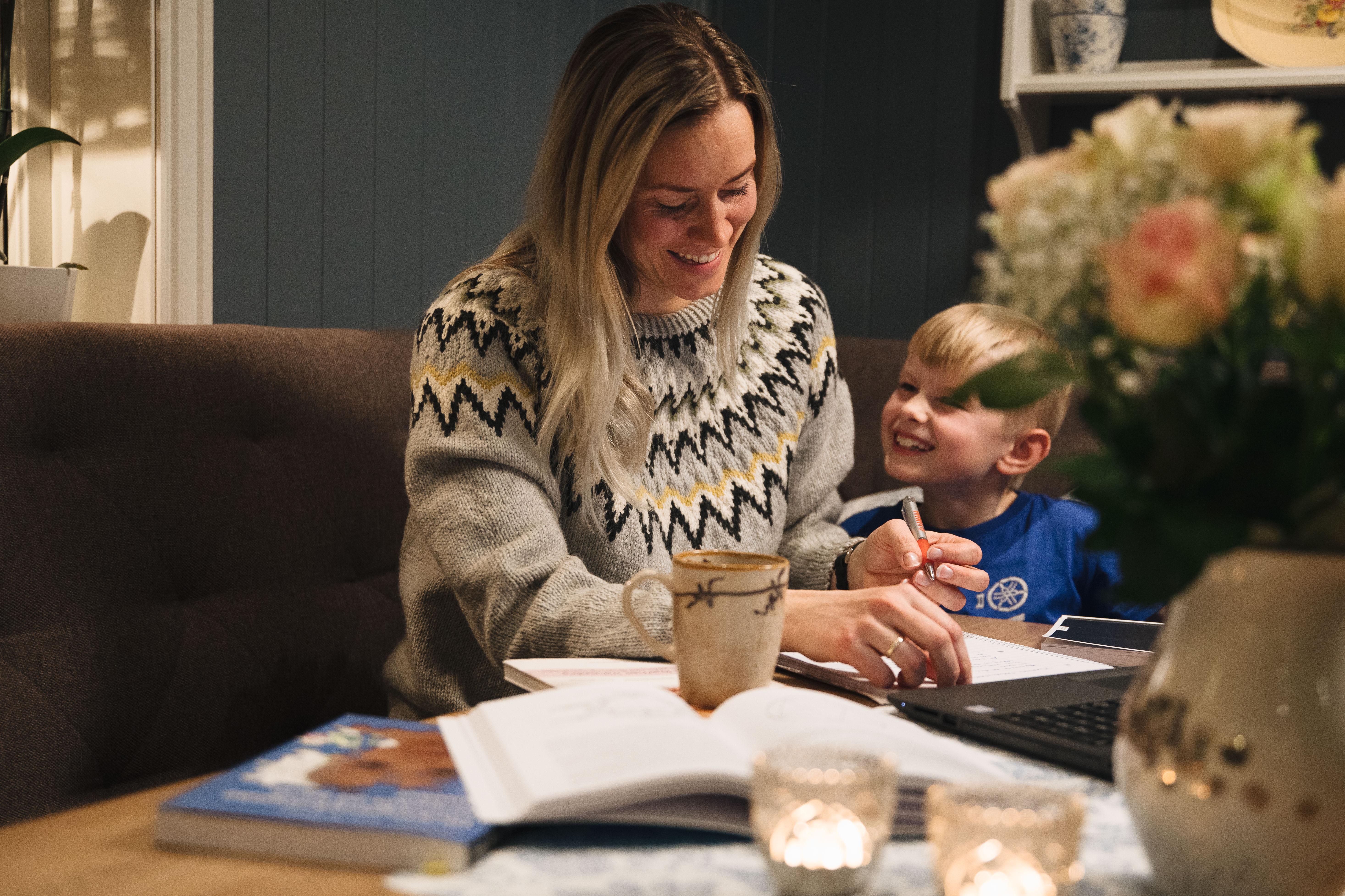 Kombinerer nettstudier med jobb og familieliv